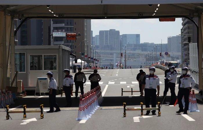 도쿄올림픽 선수촌 입구에서 차량 검색하는 보안요원 / 연합뉴스