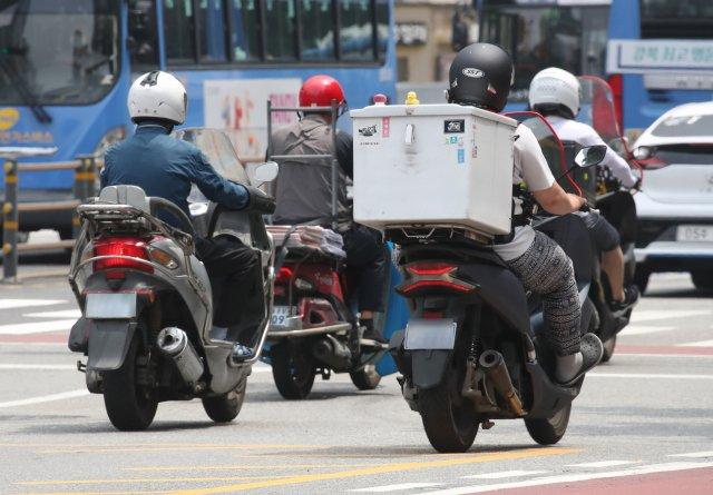 수도권 사회적 거리두기 4단계가 시행된 12일 오후 배달 오토바이 기사들이 분주히 도심을 누비고 있다. 연합뉴스