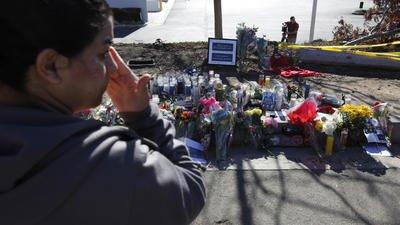 事故現場はファンからの花束が