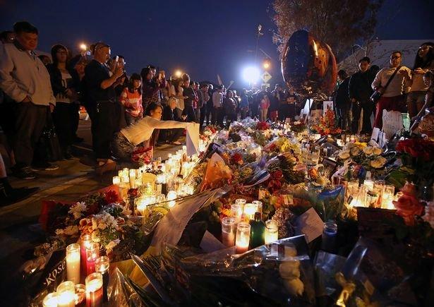 死を悼むファンが集まった当時の現場の画像